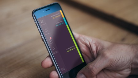 O Nubank permite que o cliente controle seus gastos no cartão de crédito (MasterCard) direto do celular.